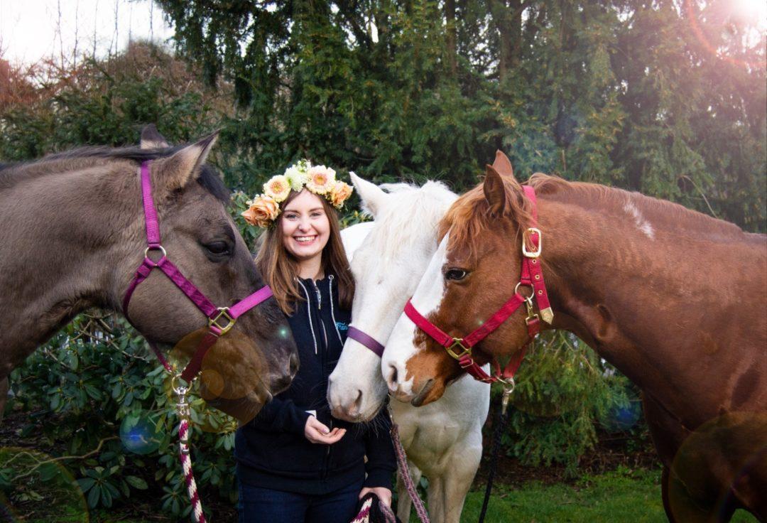 Mädchen mit Blumenkranz und drei Quarter Horse Westernreiten